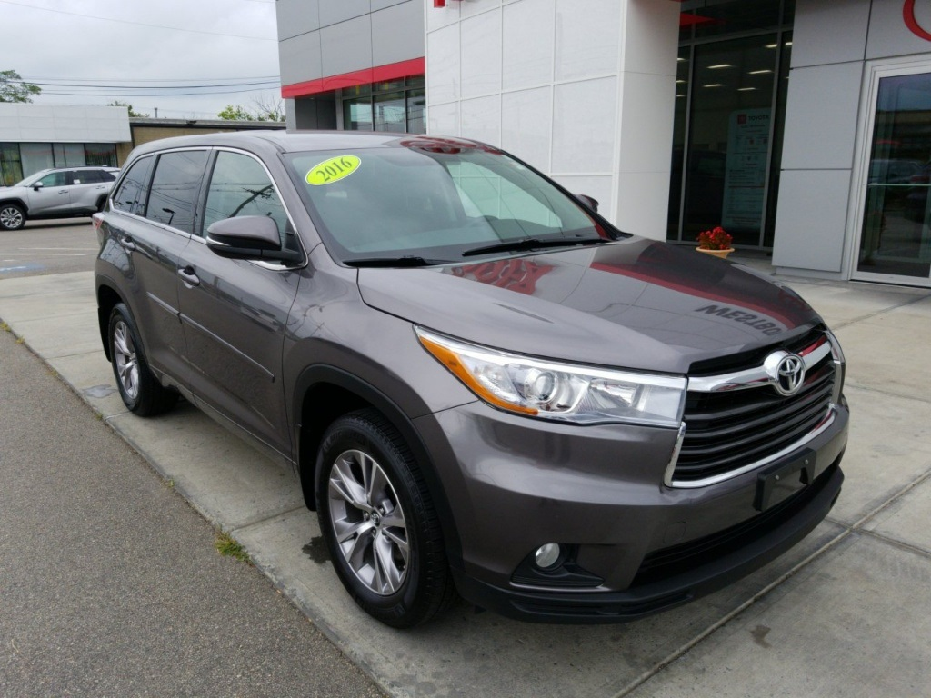 Pre Owned 2016 Toyota Highlander Le Plus V6 Awd